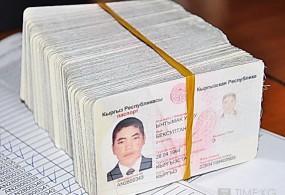 98 кытайлык жарандарга кыргыз паспортторун жасалмалоо боюнча эки адам Кыргызстанга жеткирилди