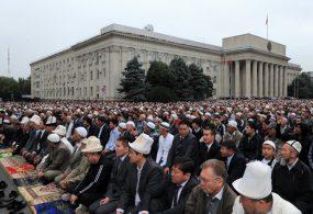 Курман айт намазы Бишкекте Эски аянтта окулат