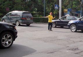 Бишкекте жарандар кайта жол кыймылын жөнгө салууга аргасыз болушту (видео)