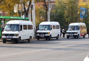 Бишкекте 9 жүргүнчүнү жабыркатып, оодарылып кеткен маршруттук таксинин айдоочусунда 2 жылдык тажрыйба бар дегени четке кагылды