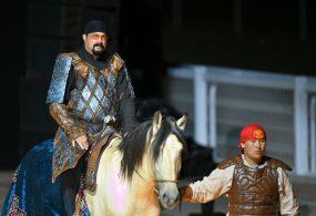 Актер жана режиссер Стивен Сигал II Дүйнөлүк көчмөндөр оюндарынын парадын ачты