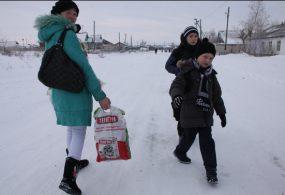 Баткен облусунда балдар мектепке барып келүү үчүн күн сайын 10 чакырым жолду басып өтүүдө