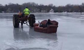 В США весельчак прокатился по льду на диване