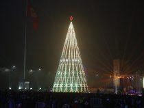 Елку на площади «Ала-Тоо» демонтируют после Старого Нового года