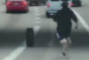 Мужчине пришлось пробежаться по трассе, чтобы поймать потерянную шину