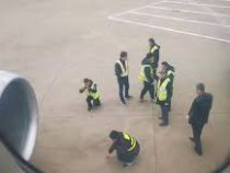 Китайцы бросили «монетки на удачу» в двигатель и надолго застряли в аэропорту