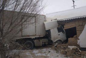 В Нарыне грузовая машина врезалась в жилой дом