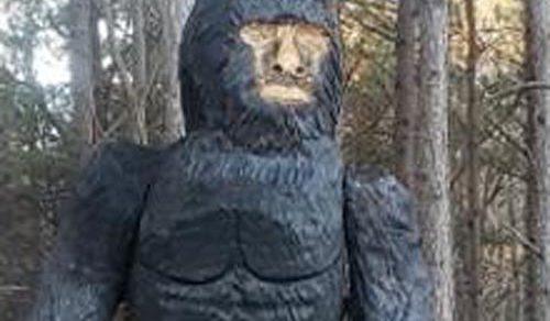Автомобилисты регулярно пугаются снежного человека, который является деревянной скульптурой