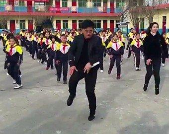 В Китае директор школы активно борется с сидячим образом жизни детей