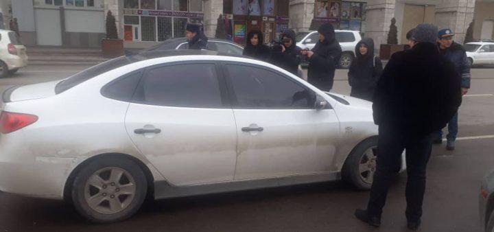В Бишкеке проводят рейды по выявлению авто с незаконной тонировкой