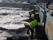 Реку Ала-Арча в Бишкеке очищают от ледяных заторов