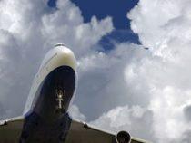 Тысячи людей проводят Boeing 747 в последний путь