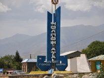 Сильный ветер в Чолпон-Ате снес крышу муниципального предприятия