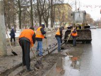 В Бишкеке  начали очистку дорог  от скопившейся за зиму грязи