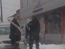 В Беш-Кунгее двое мужчин пытались сломать камеру «Безопасного города»