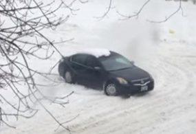 Водитель и пассажиры машины, застрявшей в снегу, решили подтолкнуть её изнутри