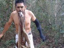 Активист поместил в рот хвосты живых змей и постоял на металлических шипах