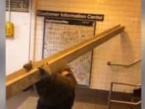 В метро Нью-Йорка пассажир провез 5-метровую металлическую балку