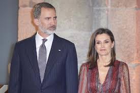 Испанский король час не мог выйти из самолета из-за слишком короткого трапа