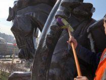 Сотрудники «Тазалыка» приступили к мойке столичных памятников