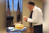 Политик странным образом задул свечи на торте