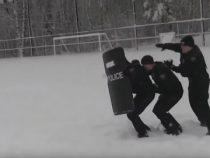 Весёлые полицейские приняли деятельное участие в игре в снежки