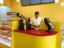 Грустный пекарь растрогал покупателей и продал все пончики