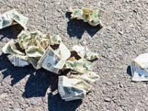 Полиция призывает автомобилистов, подобравших чужие деньги, проявить честность