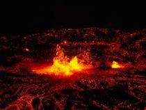 Один из крупнейших вулканов начал извергаться в Японии