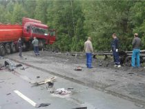 В Кыргызстане грузовик разорвало от столкновения с бензовозом