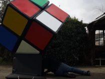 Чтобы собрать гигантский кубик Рубика, мужчина залез внутрь головоломки