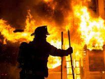 В Бишкеке горит жилой дом