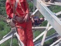 Устав от трудовых будней, рабочие решили вздремнуть на 50-метровой высоте