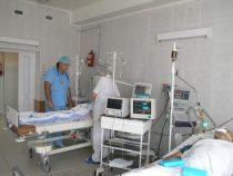 Семеро школьников госпитализированы в Баткене после прививок, двое детей – в реанимации