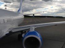 Пассажир вызвал панику на борту самолета, пытаясь открыть аварийную дверь