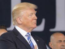 В Трампа во время выступления бросили телефон