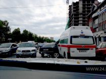 ВБишкеке автомобиль Mercedes врезался вмашину скорой помощи