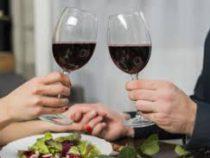 Клиент ресторана из-за ошибки официанта выпил вино за 5,8 тыс. долларов