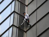 Альпинист забрался без страховки на небоскрёб в Варшаве