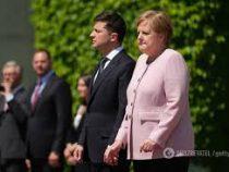 Зеленский объяснил свою безучастность к приступу Меркель