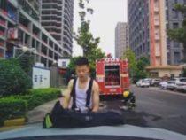 Пожарный, перекусивший на капоте машины, не забыл убрать за собой