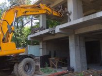 В Оше сносят многоэтажки, возведение которых признано незаконным