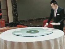 Сотрудник отеля прославился благодаря умению сервировать стол