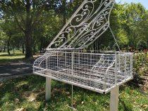 В Бишкеке в сквере «Театральный» установили железный рояль