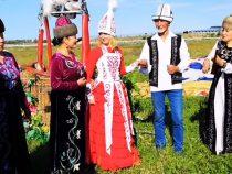 Россияне поженились в небе над Иссык-Кулем