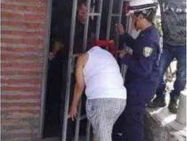 Любопытная колумбийка простояла пять часов у двери соседа, застряв головой в решетке