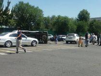 В центре Бишкека столкнулись Mercedes и карета скорой помощи