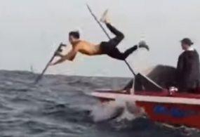 Неудачливый рыбак показал свои таланты ныряльщика