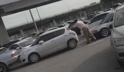 Поняв, что он не сможет выехать со стоянки, водитель принялся толкать чужие автомобили