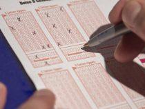 Друзья сорвали джекпот, десять лет зачеркивая в билете одни и те же цифры
